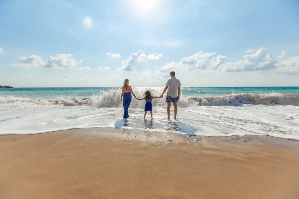 Famille en bord de mer en conges payes